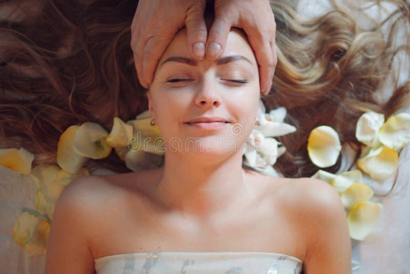 Close-up van een Young Woman Getting Spa Behandeling Vrouw die massage in de kuuroordsalon heeft De voet van de vrouw in het wate royalty-vrije stock foto