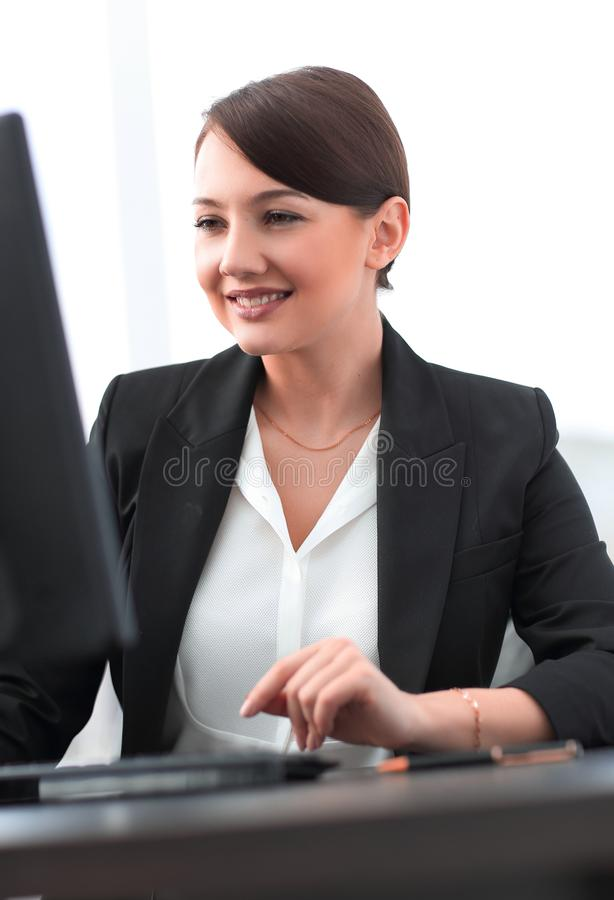 Close-up van een zekere jonge bedrijfsvrouw die aan computer werken stock fotografie