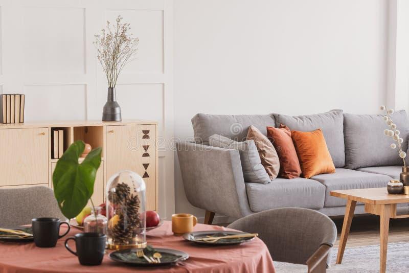 Close-up van eetkamerreeks voor de vergadering van het familiediner in elegant woonkamerbinnenland royalty-vrije stock fotografie