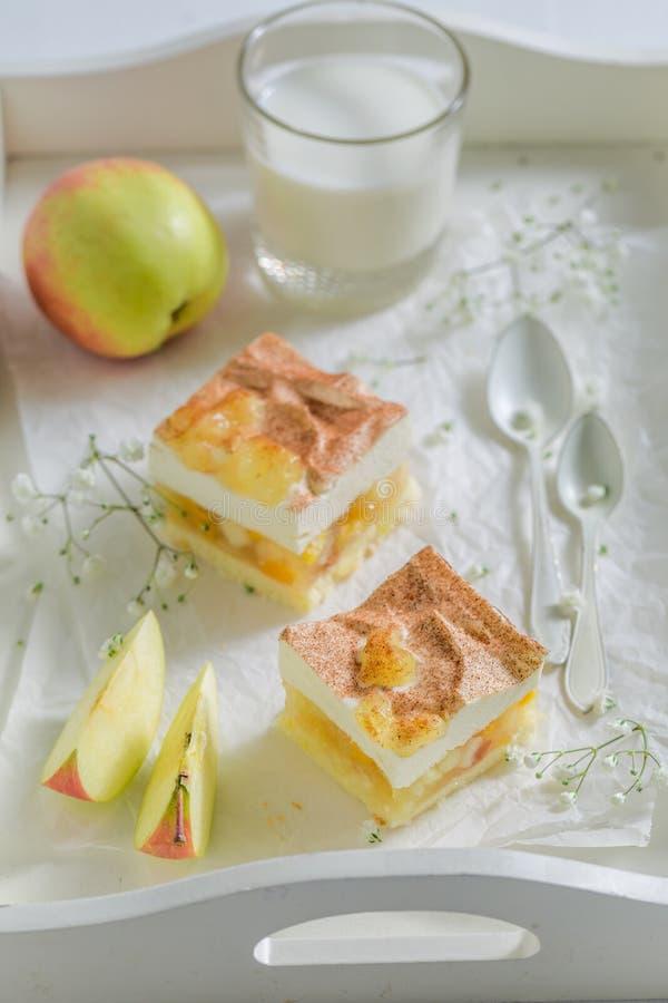 Close-up van eigengemaakte die appeltaart van verse ingrediënten wordt gemaakt stock foto's