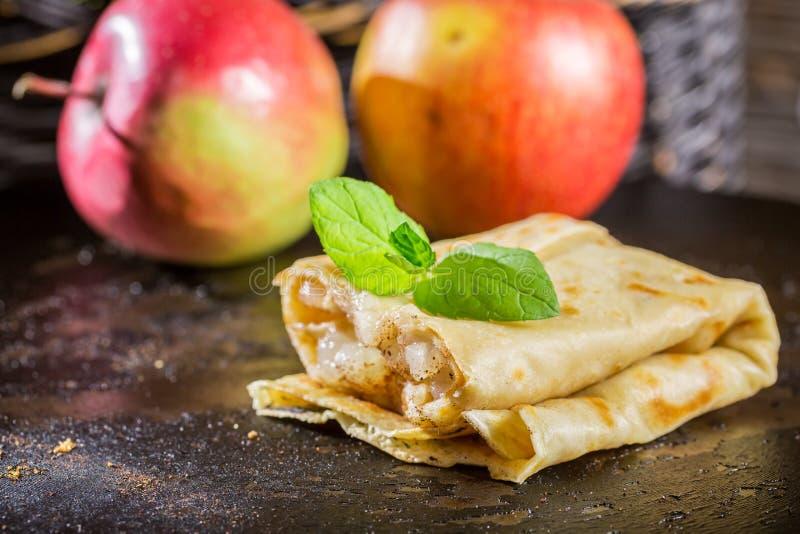 Close-up van eigengemaakte pannekoeken met appelen royalty-vrije stock foto