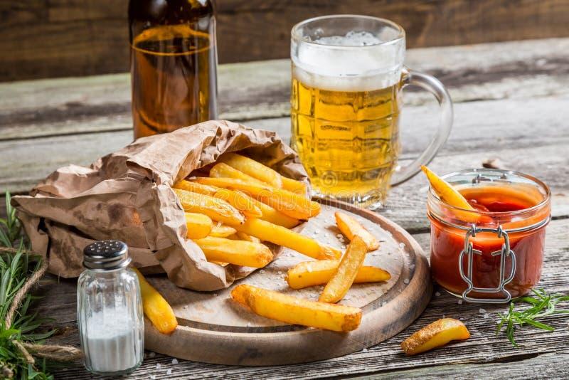 Close-up van eigengemaakte verse gebraden gerechten met koud bier royalty-vrije stock afbeeldingen