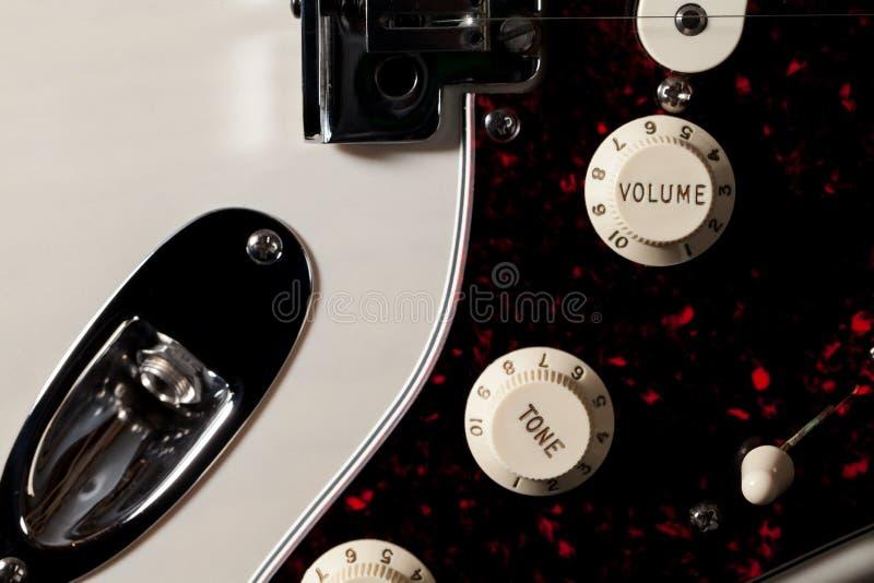 Close-up van elektrische van de gitaarvolume en toon controleknoppen stock foto's