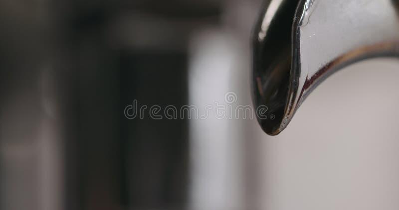 Close-up van espressomachine het brouwen koffie wordt geschoten die royalty-vrije stock foto