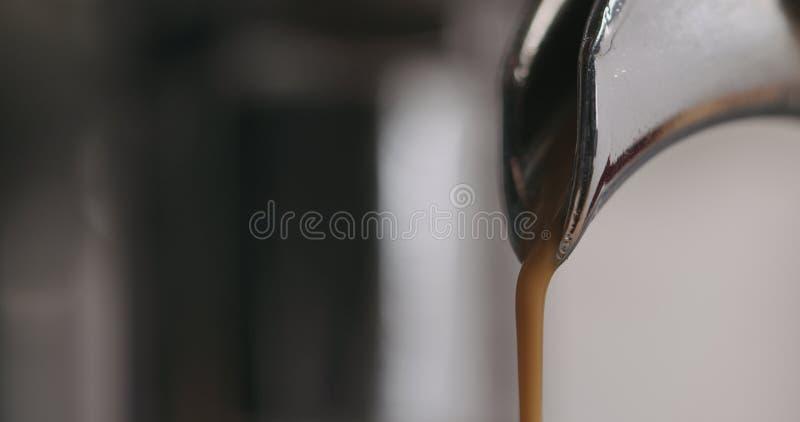 Close-up van espressomachine het brouwen koffie wordt geschoten die stock foto's