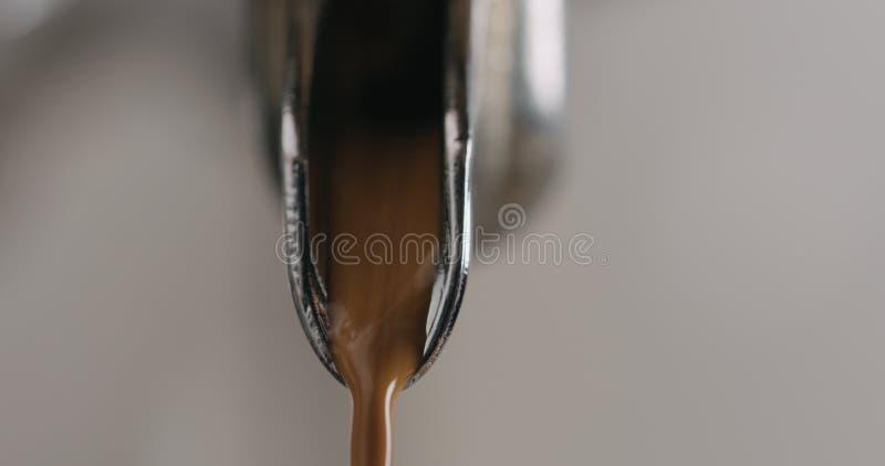 Close-up van espressomachine het brouwen koffie wordt geschoten die royalty-vrije stock fotografie