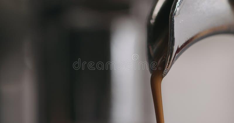Close-up van espressomachine het brouwen koffie wordt geschoten die royalty-vrije stock foto's