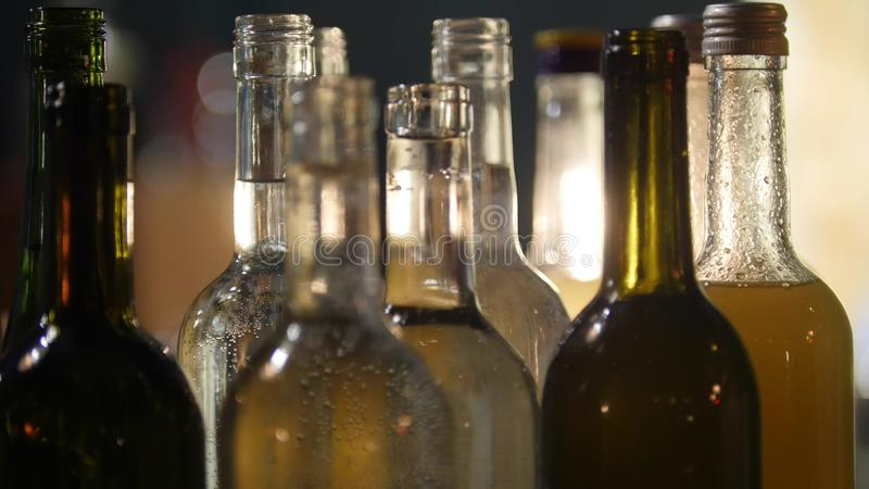 Close-up van flessenhoogtepunt van verschillende alcohol bij de bar met zachte binnenlandse verlichting royalty-vrije stock afbeelding