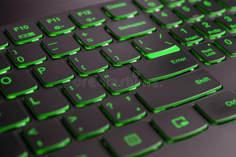 Close-up van gamerlaptop toetsenbord groene verlichting, backlit toetsenbord, Engelse brieven royalty-vrije stock afbeeldingen