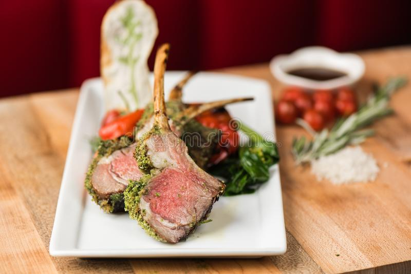 Close-up van gekookt rundvlees met kruiden en gebraden groene en Spaanse pepers met een vage achtergrond stock afbeelding