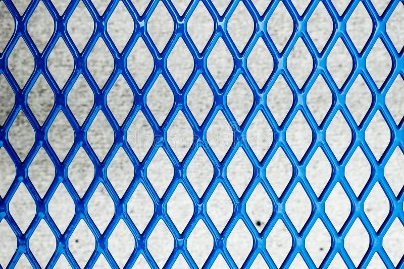 Close-up van gelaste blauwe het metaalomheining van de kettingsverbinding stock foto's