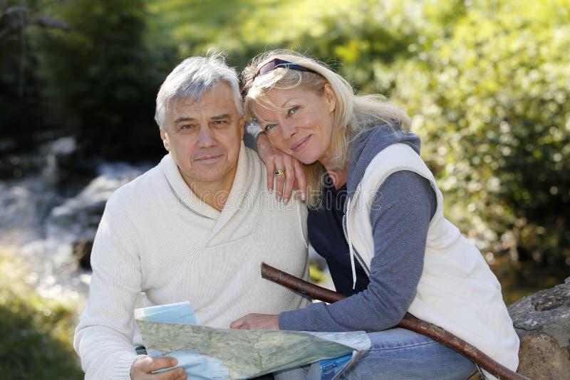 Close-up van gelukkig hoger paar in openlucht royalty-vrije stock fotografie