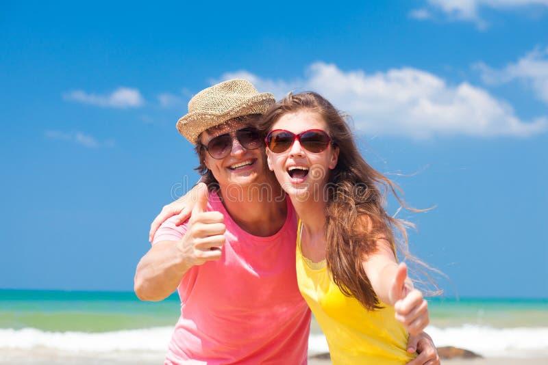 Close-up van gelukkig jong paar die op strand glimlachen en stock fotografie