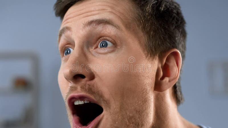 Close-up van gelukkig mannelijk gezicht, positieve emoties van voetbalventilator, doorbraak stock afbeelding