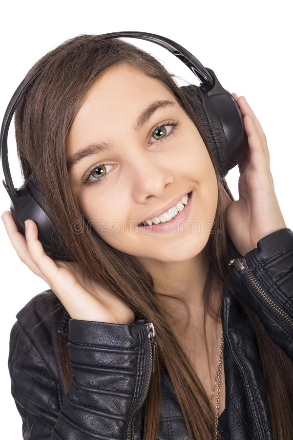 Close-up van gelukkig meisje met hoofdtelefoons het luisteren muziek royalty-vrije stock afbeelding