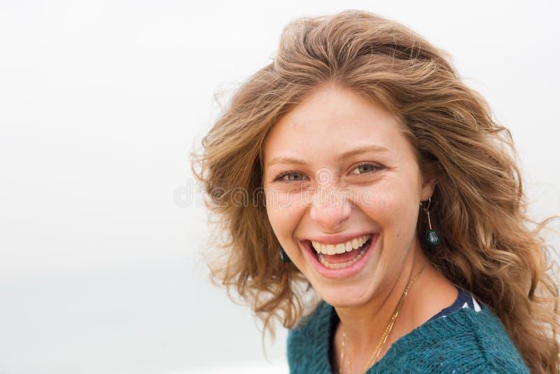 Close-up van gelukkige jonge glimlachende vrouw stock foto's