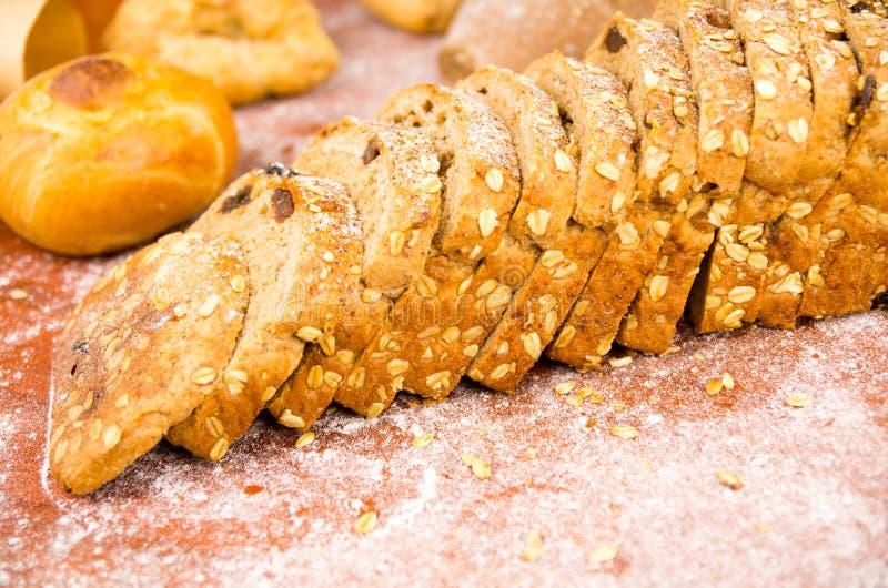 Close-up van gesneden haver en van het korrelsbrood brood royalty-vrije stock foto