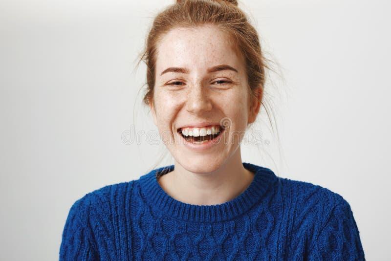Close-up van gevoels charmante vrouw met rood luid haar en het leuke sproeten lachen wordt geschoten uit genietend van elke dag v royalty-vrije stock foto's