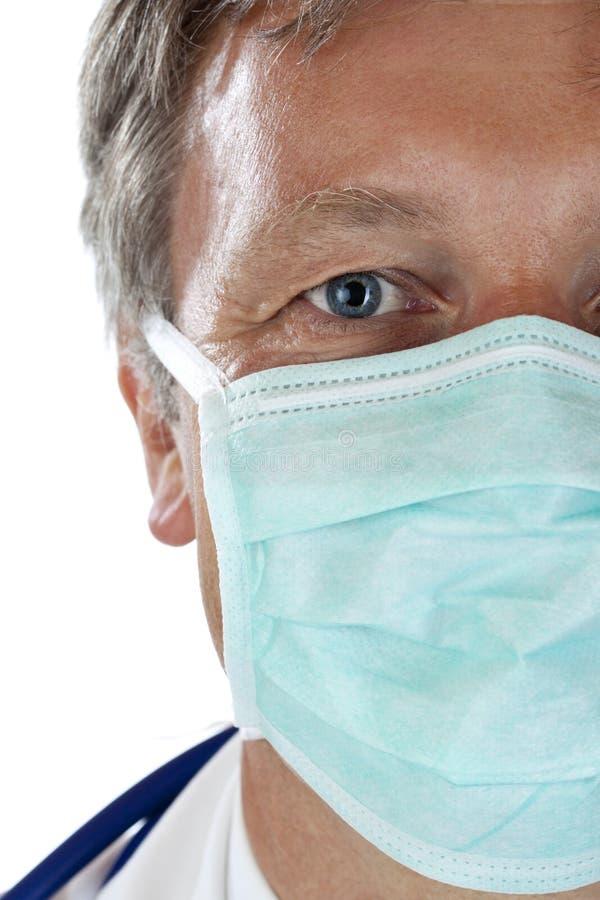 Close-up van gezicht van bejaarde arts met masker stock afbeeldingen