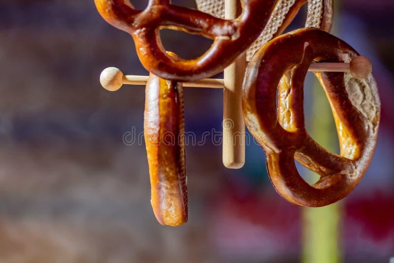 Close-up van gezouten pretzels in traditionele Duitse die opslag met ondiepe velddiepte wordt gefotografeerd stock fotografie