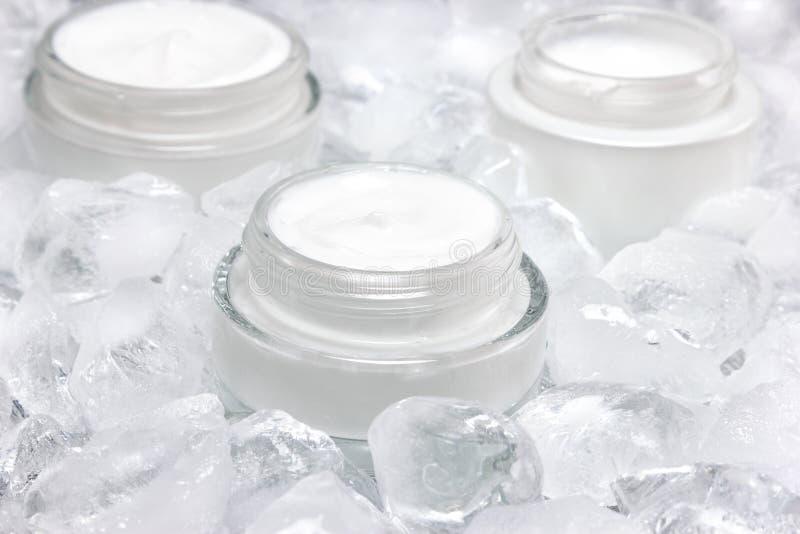 Close-up van glaskruik met room door ijsblokjes wordt omringd dat royalty-vrije stock foto