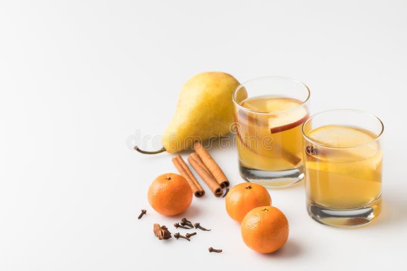 close-up van glazen cider met peer en mandarijnen wordt geschoten die royalty-vrije stock afbeelding