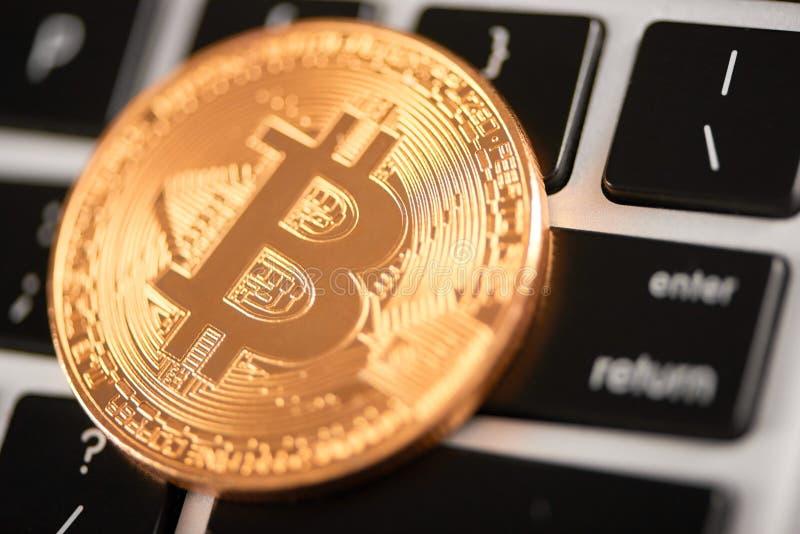 Close-up van gouden bitcoin als hoofd virtuele die munt op laptop toetsenbord wordt geplaatst stock foto's