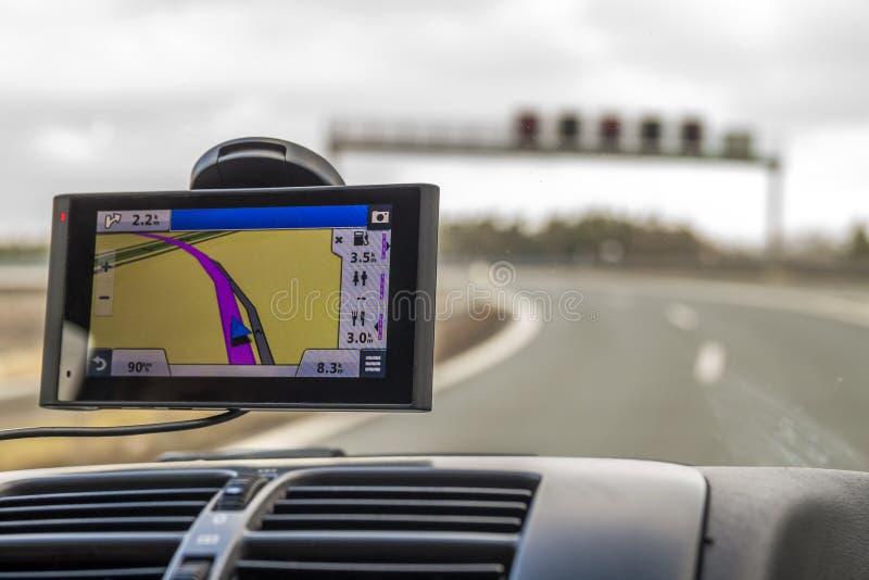 Close-up van gps het apparaat van het navigatiesysteem in reizende auto stock foto