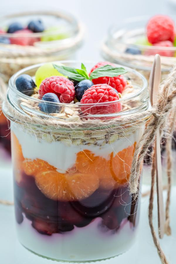 Close-up van granola in kruik met bessen en yoghurt stock foto's