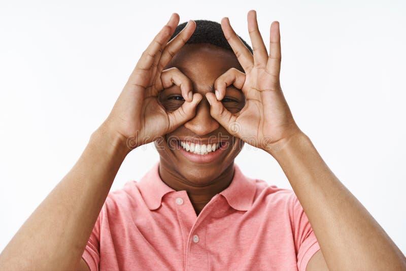 Close-up van grappige en speelse knappe vriendelijke en gelukkige Afrikaanse Amerikaanse kerel wordt geschoten die o.k. gebaar to stock fotografie