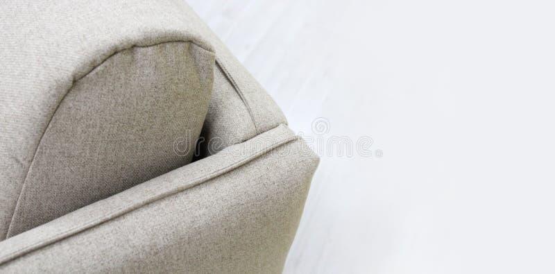 Close-up van grijze bank met armsteuntextiel, nieuw meubilair modern ontwerp met vrije ruimte voor tekst stock afbeeldingen