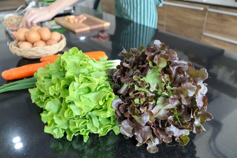 Close-up van groen en rea eiken blad wordt geschoten op het zwarte marmeren dek in de keuken die stock afbeeldingen