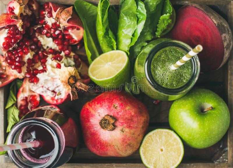 Close-up van groene en purpere verse sappen met vruchten, groenten royalty-vrije stock fotografie