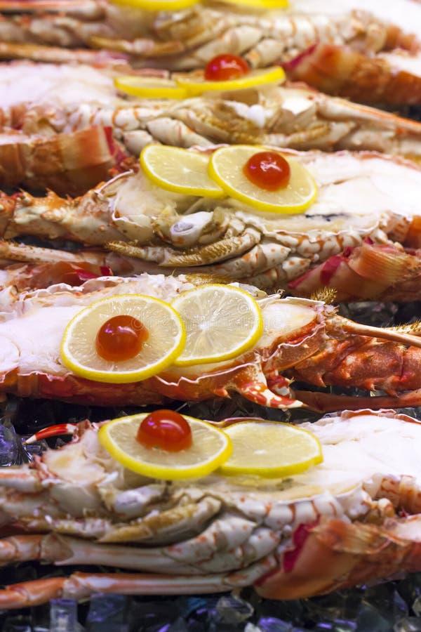 Close-up van halve zeekreeften in vertoning bij de traiteur stock foto