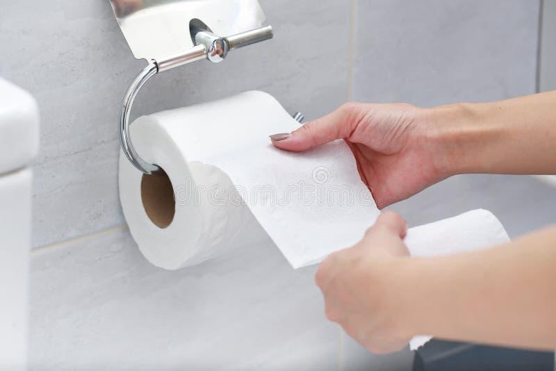Close-up van Hand die Toiletpapier gebruiken royalty-vrije stock afbeelding