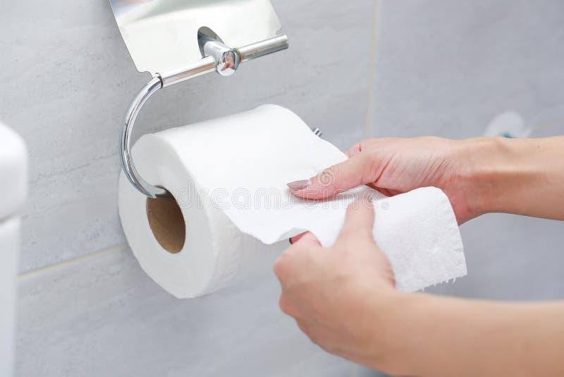 Close-up van Hand die Toiletpapier gebruiken stock fotografie
