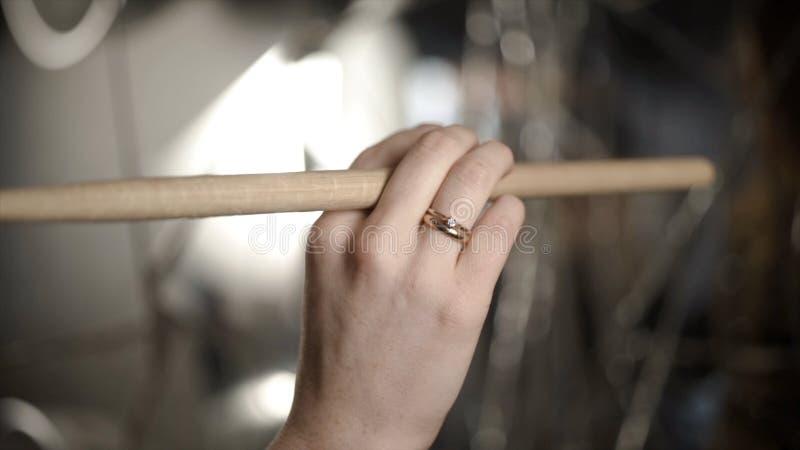 Close-up van hand met trommelstok actie De vrouwelijke hand professionele slagwerker houdt houten trommelstok alvorens bij muziek royalty-vrije stock foto's