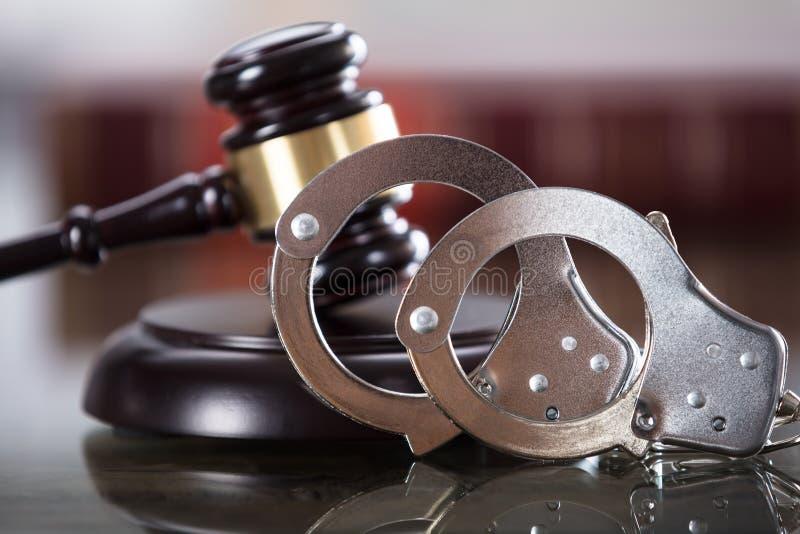 Close-up van Handcuffs en Hamer stock fotografie