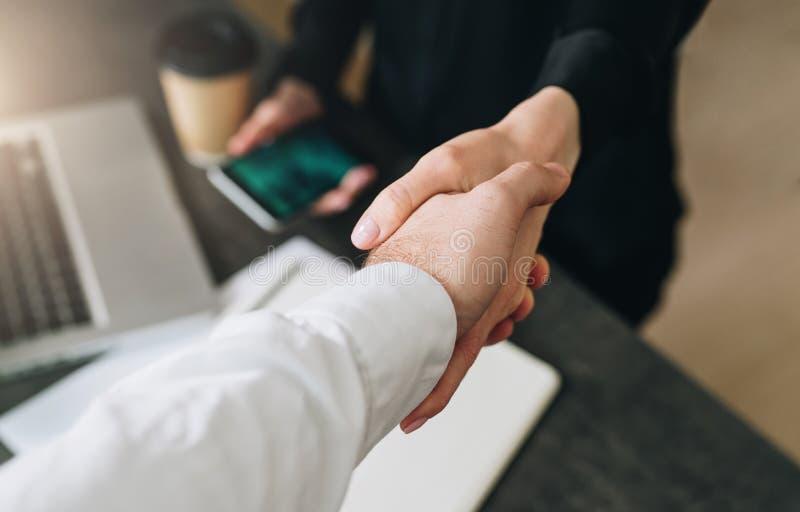 Close-up van handdruk van zakenman en onderneemster Man ` s de vrouwen` s hand van handschokken Succesvolle conclusietransactie stock foto