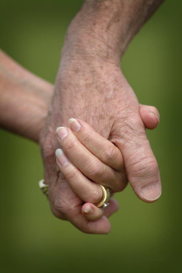 Close-up van Handen van een de Gehuwde Bejaardenholding stock foto