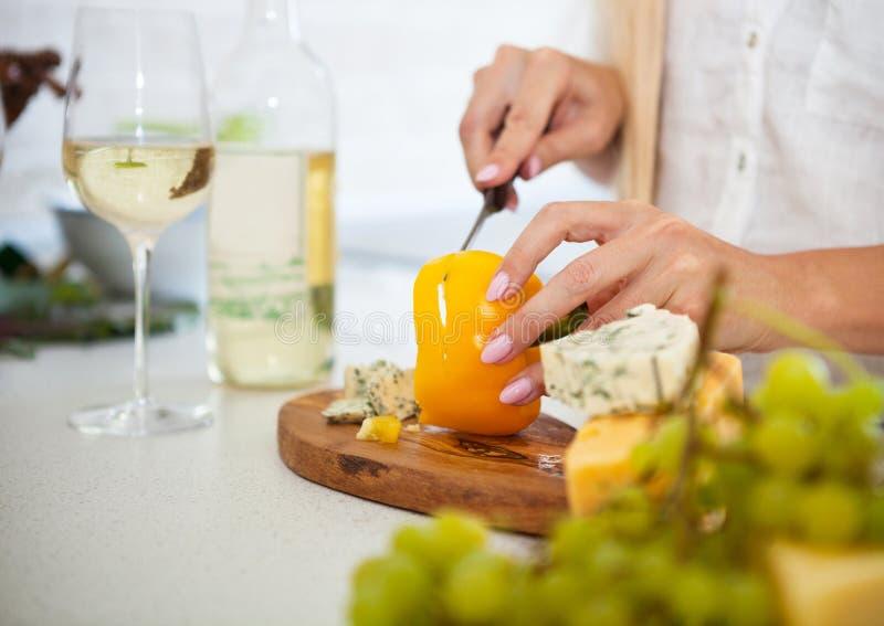 Close-up van handen van een salade van vrouwen kokende groenten royalty-vrije stock afbeelding