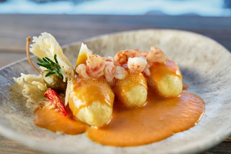 Close-up van heerlijke die garnalen in restaurant voor diner worden gekookt stock afbeeldingen