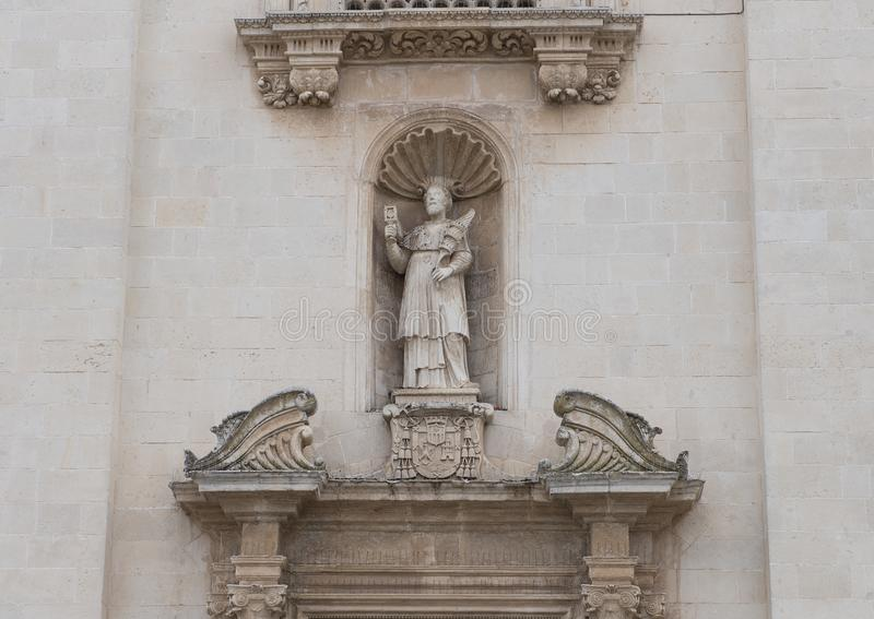 Close-up van Heilige op een gebied boven juiste deur, Voor van dei Santi Pietro e Paolo Galatina Italy van Chiesa Madre stock foto