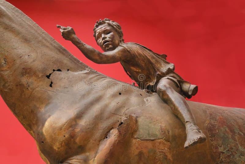 Close-up van Hellenistic-bronsstandbeeld van de Jongensjockey die van Artemision tonen hoe gebroken het lichaam van het paard dat stock foto's