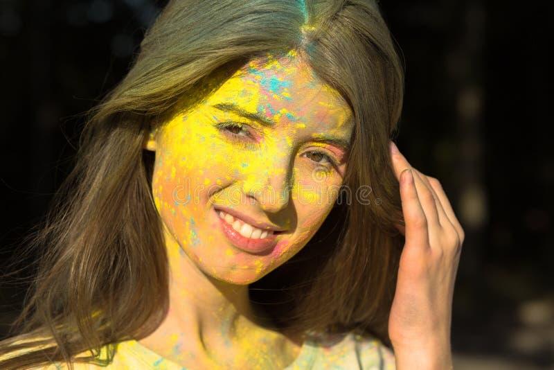 Download Close-up Van Het Aantrekkelijke Meisje Stellen Met Poeder Holi Op Haar F Wordt Geschoten Dat Stock Foto - Afbeelding bestaande uit india, cultuur: 107705644