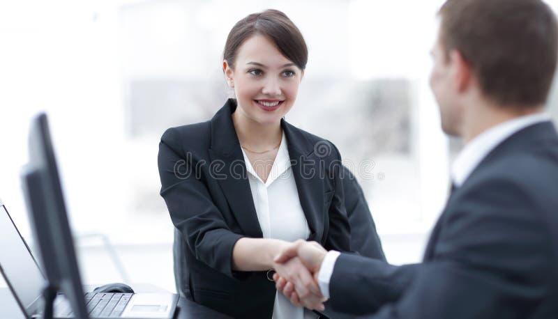 Close-up van het bedrijfsvrouw schudden handen met haar collega stock afbeeldingen