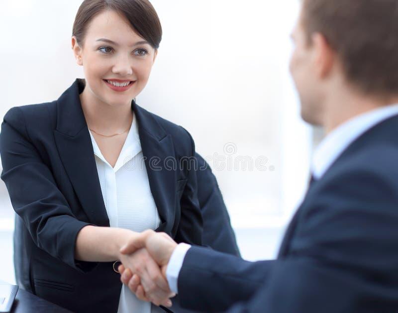 Close-up van het bedrijfsvrouw schudden handen met haar collega royalty-vrije stock foto