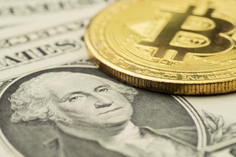 Close-up van het beeld van George Washington op Dollarbankbiljet met Bitcoin-muntstuk stock foto's