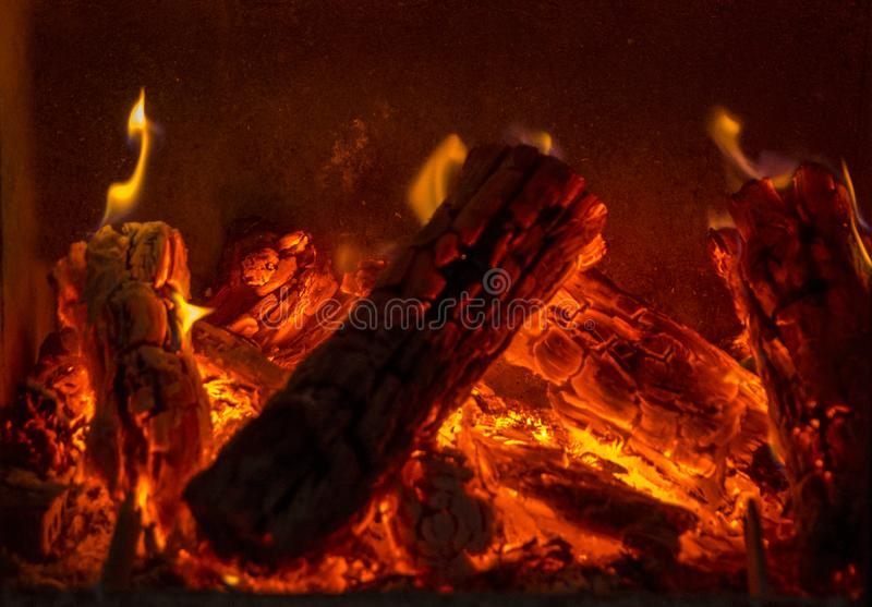 Close-up van het branden van brandhout in de open haard wordt geschoten die royalty-vrije stock foto's