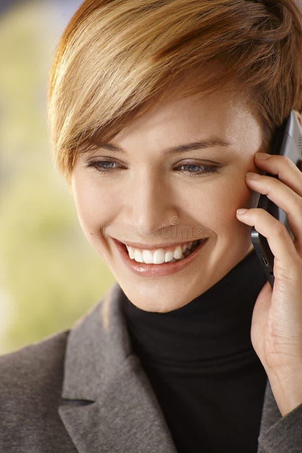 Close-up van het gelukkige jonge vrouw spreken op mobiel royalty-vrije stock fotografie
